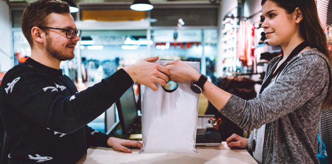 Você sabe o que é venda casada? A seguir, entenda como funciona essa prática irregular e proteja seus direitos enquanto consumidor!
